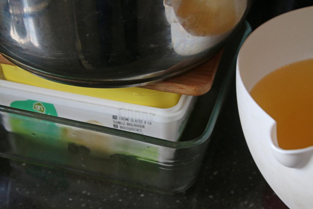 Tofu persen door een zwaar gewicht erop te zetten.