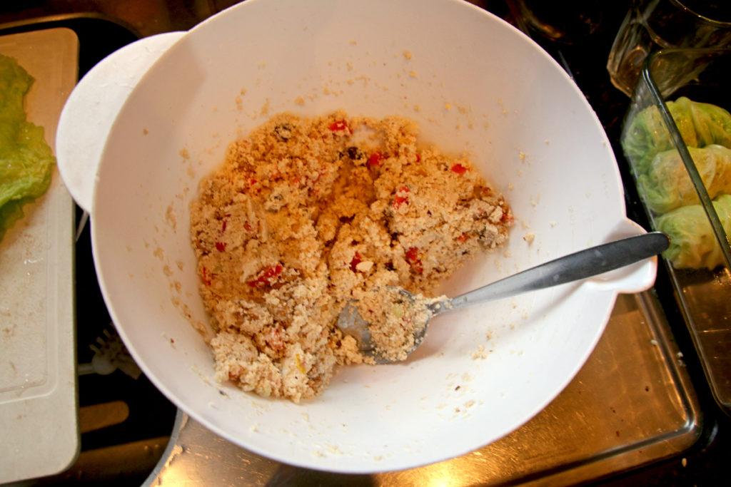 Mengsel van okara, stukjes tomaat, walnoten, rozijnen, geitenkaas en kruiden.