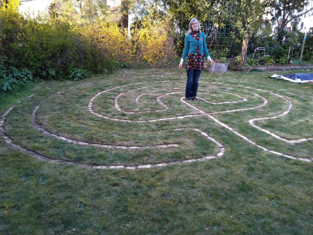 Helga in het midden van haar Labyrint.