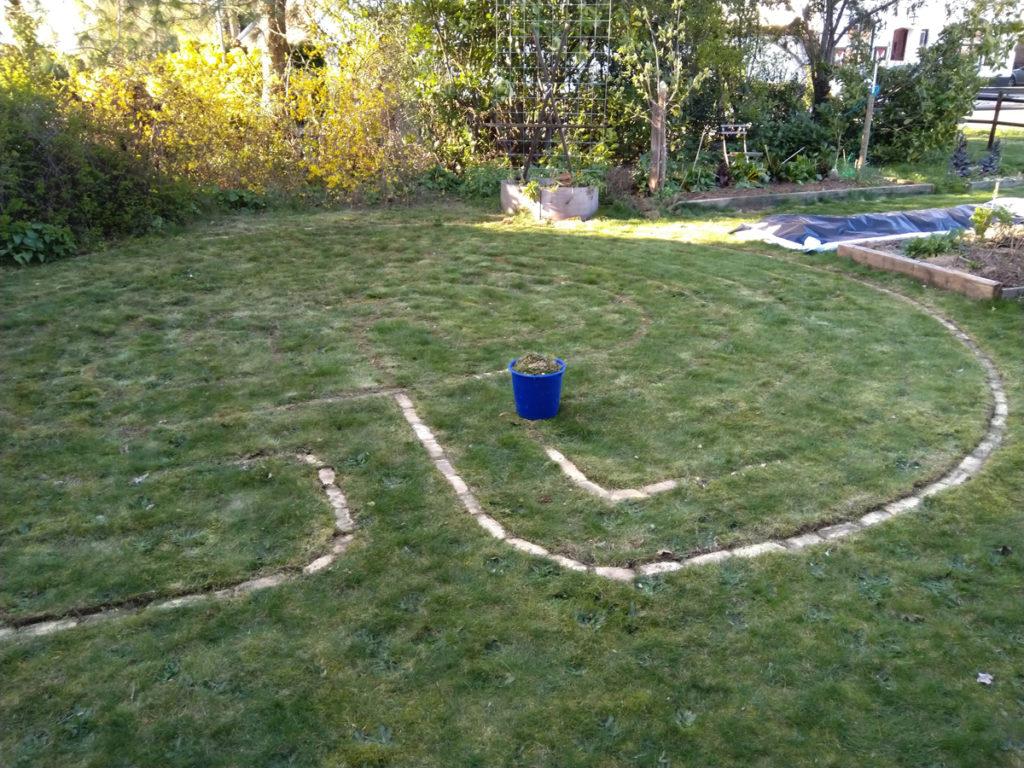 Het Labyrint wordt schoongemaakt van mos en gras.