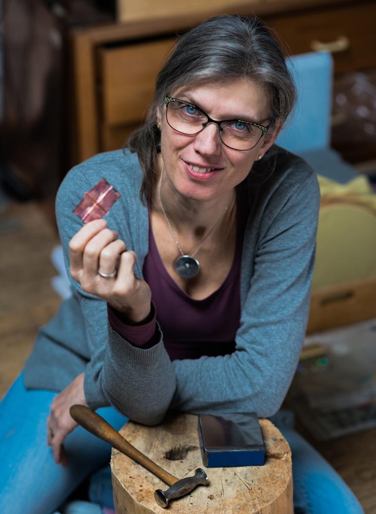 Helga in haar zilversmid studio Foto gemaakt door Lyenna Hoogmans