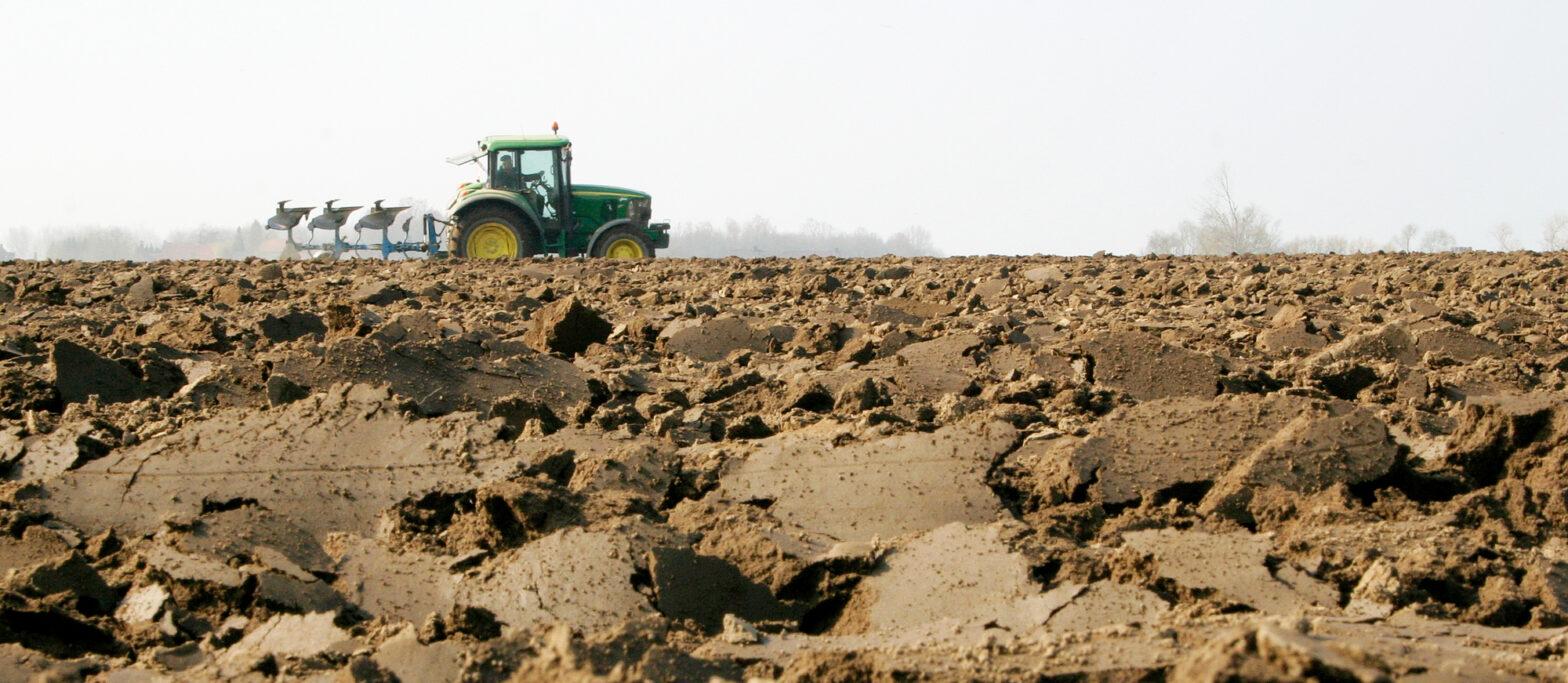 ploegende boer op een akker