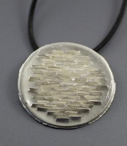 Zilveren hanger uit de Aarde collectie.