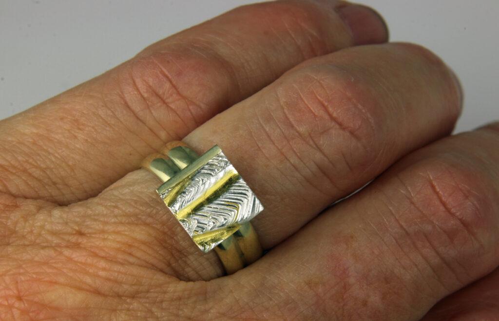 Gouden trouwringen met zilveren Cambia element.